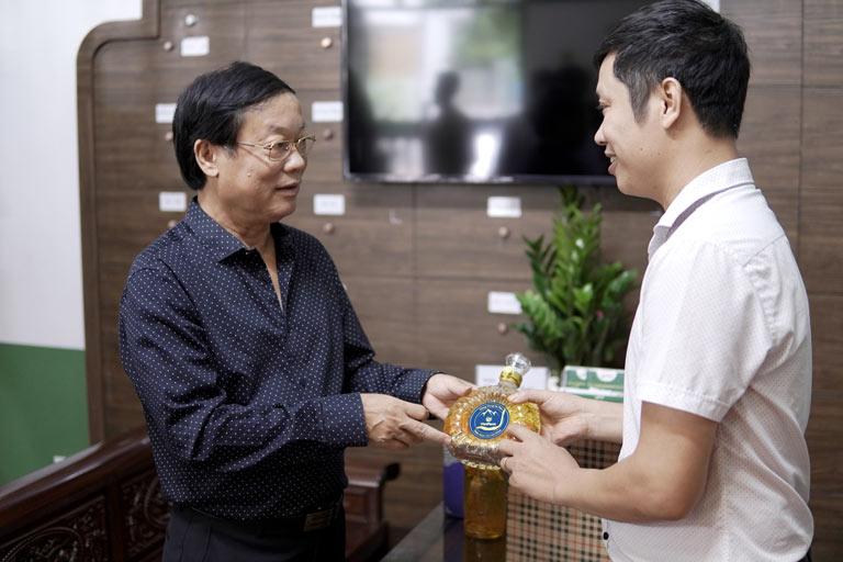 NSƯT Phú Thăng ưu ái lựa chọn rượu đông trùng hạ thảo nhân sâm Bách Thiên Sơn