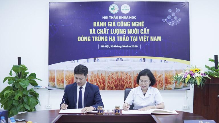 GĐ trung tâm Vietfarm ký kết hợp tác chuyển giao công nghệ với Viện trưởng viện nghiên cứu và phát triển Y dược cổ truyền
