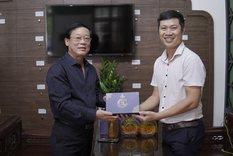 NS Phú Thăng lựa chọn sản phẩm đông trùng hạ thảo ký chủ nhộng tằm ngâm mật ong Vietfarm