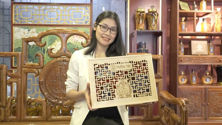 Chị Hịu dành thời gian đến trực tiếp showroom của Đông trùng hạ thảo Vietfarm để chọn lựa set quà Tết