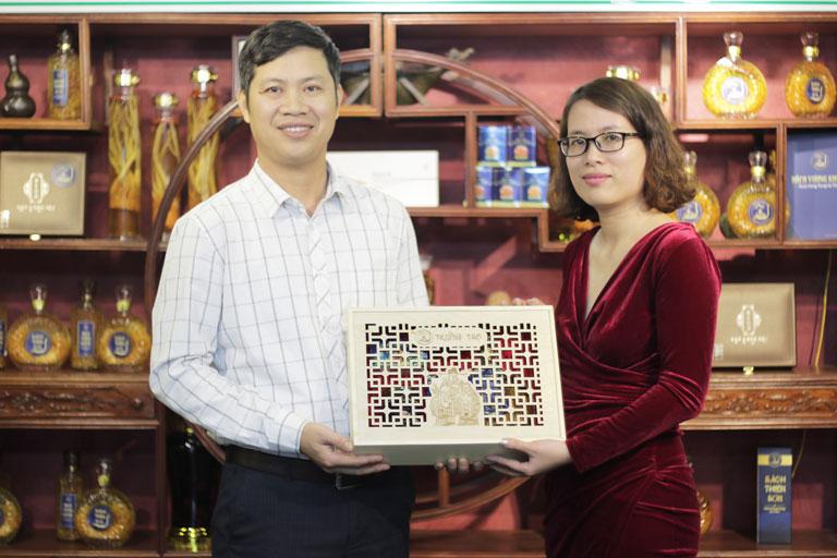 Chị Ngọc quyết định đặt mua set quà Trường Thọ biếu tặng bà và cụ dịp Tết đến Xuân về