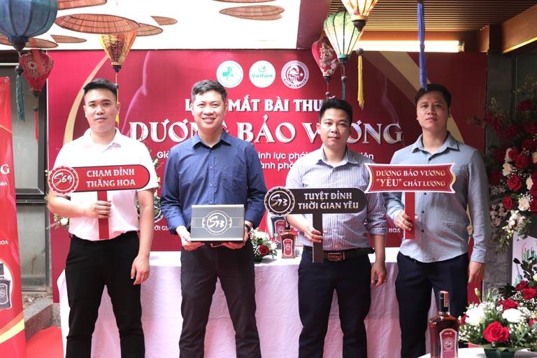 Nhiều khách mời tham dự lễ ra mắt hứng thú với bộ sản phẩm sinh lý Dương Bảo Vương