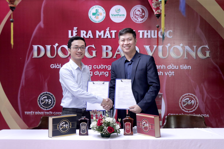 Đại diện Trung tâm Vietfarm ký kết cung ứng độc quyền dược liệu cho bài thuốc Dương Bảo Vương
