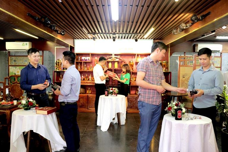 Khách mời tham quan showroom và dành nhiều sự quan tâm cho bộ sản phẩm Dương Bảo Vương